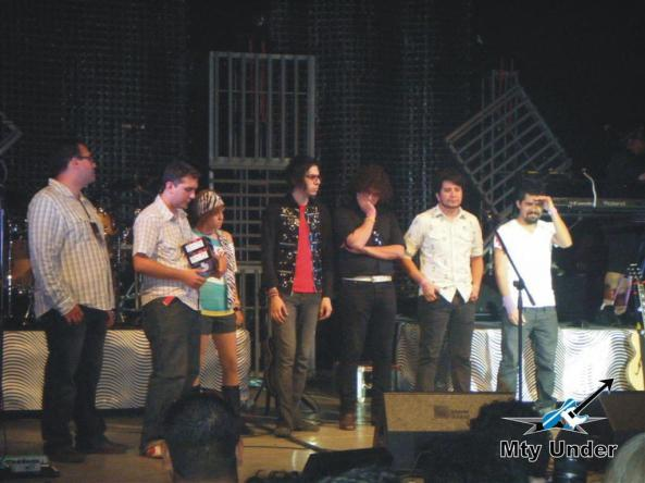Los representantes de cada banda al momento de la premiación.