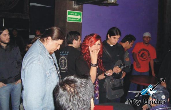 Ana Gzz. y un representante de cada banda durante el sorteo.