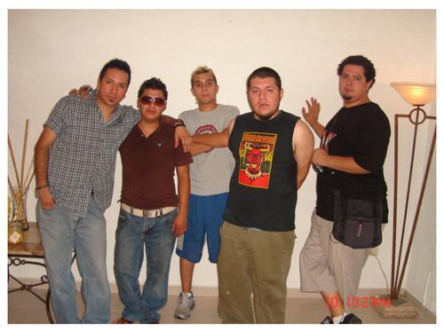 Felipe Salazar (Voz y Guitarra), Juanky Sandoval (Trompeta / Coros), Tito Rock Escamilla (Guitarra Lider), Dabeat Martinez (Drum), Eder Leyva (Bass) y Fernando Alvarado (Trombón), mejor conocidos como LOS CALIENTES.