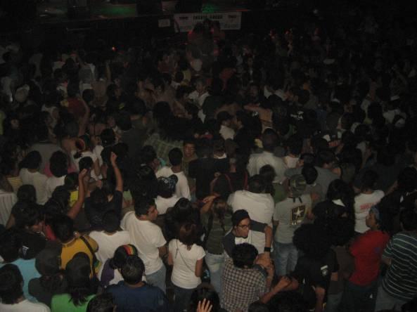 1,100 personas abarrotaron el interior del escenario principal del Café Iguana.