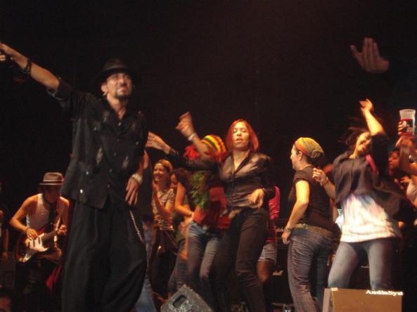 La Maldita permitió que sus fans subieran al escenario.